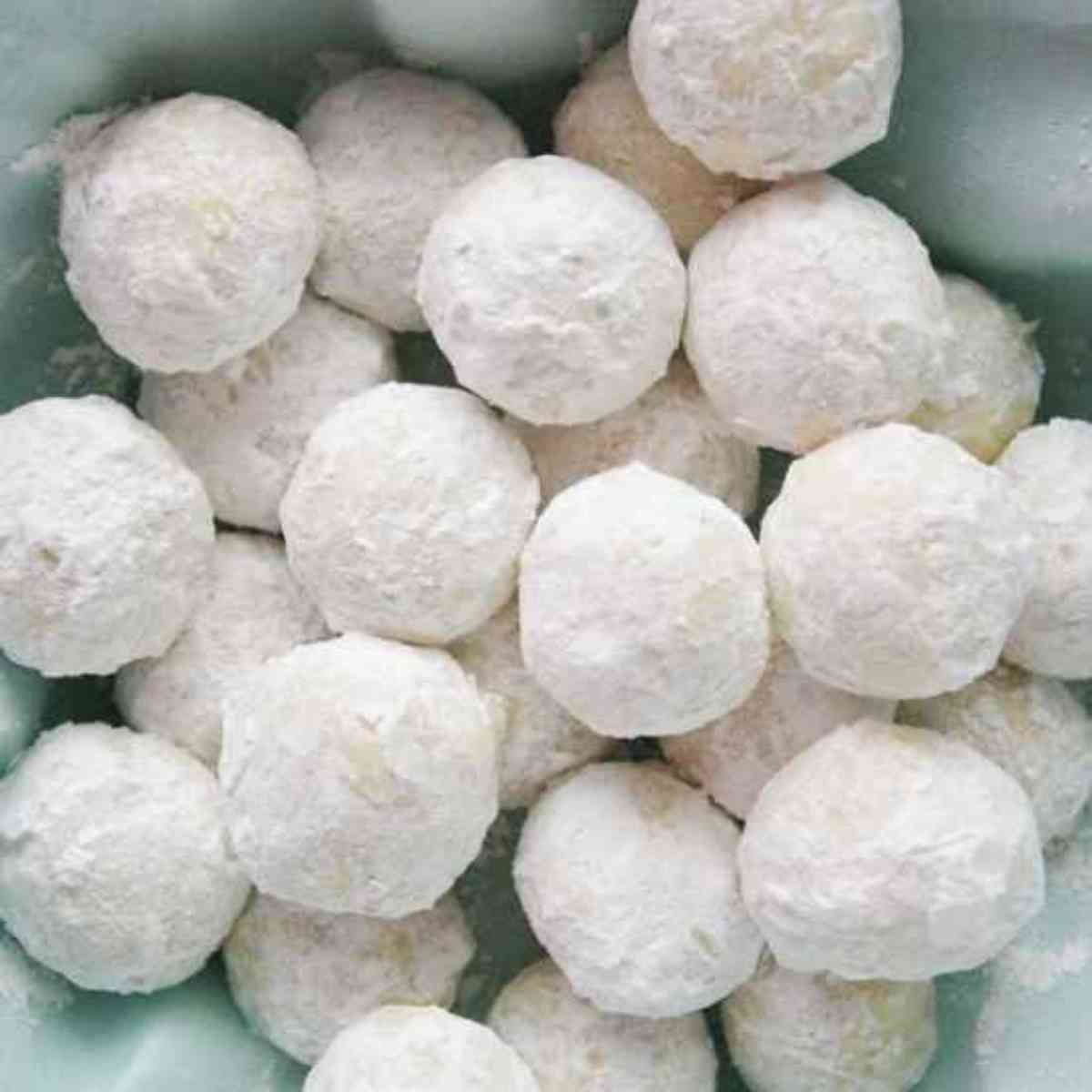 A pile of powdery snowball cookies